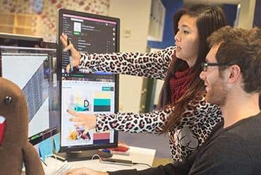 Fotografie zaměstnanců společnosti Freelancer.com při práci