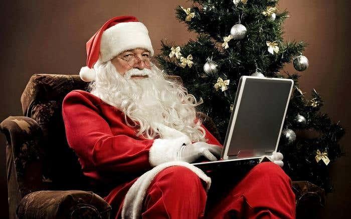 papa-noel-santa-claus-trabajando-en-su-ordenador-los-regalos-de-navidad-1920x1200-wallpaper-